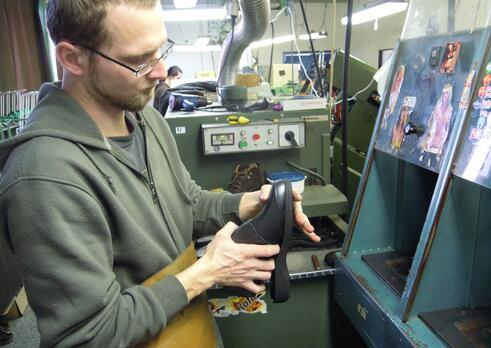 Montážny pracovník vo výrobe obuvi