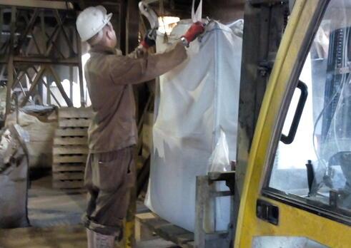 Pomocný pracovník pri úprave nerastných surovín