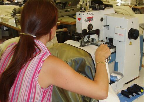 Operátor šijacieho stroja v odevnej výrobe