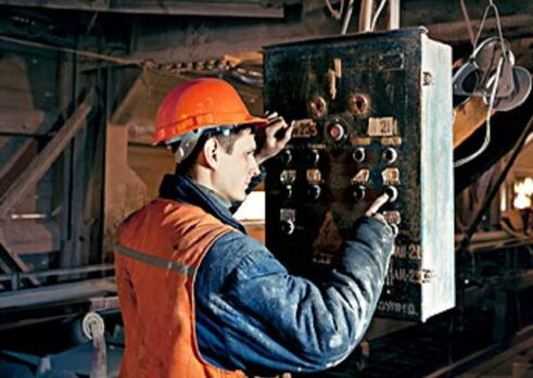 Operátor drviaceho zariadenia pre spracovanie nerastov