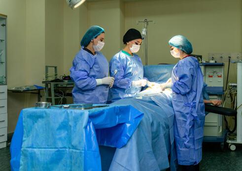 Pôrodná asistentka špecialistka v inštrumentovaní v operačnej sále v gynekológii a pôrodníctve