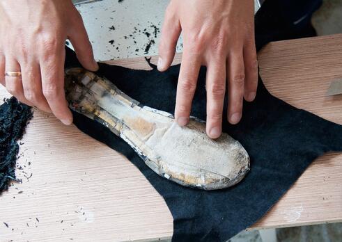 Pomocný pracovník v obuvníckej a kožiarskej výrobe