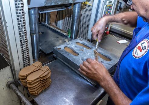 Operátor stroja na výrobu obuvníckych polotovarov